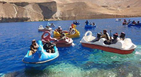 Ταλιμπάν – Μαχητές με όπλα διασκεδάζουν σε λίμνη με βαρκούλες σε σχήμα κύκνου – Απίστευτες εικόνες