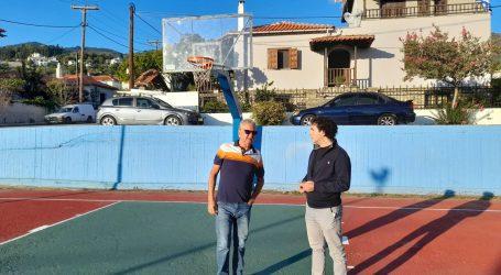 Ο Αργ. Κοπάνας στο ανακαινισμένο γήπεδο μπάσκετ του Κατηχωρίου με τον πρόεδρο Δημ. Μούκα