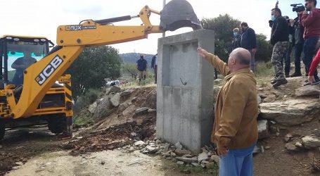 Στην Ασπρόγεια Διμηνίου ο Αχιλλέας Μπέος – Συνεργεία του Δήμου αποψίλωσαν αυθαίρετες κατασκευές [εικόνες και βίντεο]