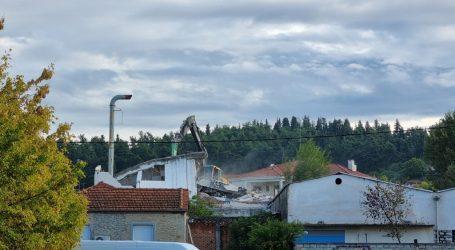 """Τέλος!… Έπεσε το κεντρικό κτίριο του παλιού εργοστασίου """"Κλωτσοτήρα"""" (video)"""