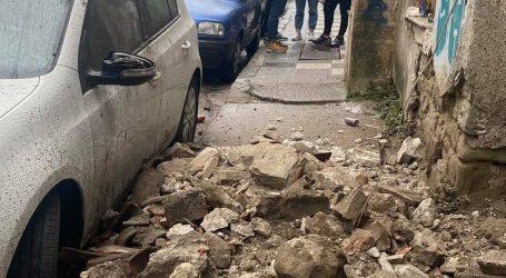 Κατέρρευσαν τοίχος και στέγη από παλιό σπίτι στα Τρίκαλα (φώτο)