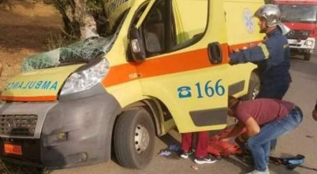 Κρήτη – Ασθενοφόρο έγινε σμπαράλια μετά από τροχαίο – Επιχείρηση απεγκλωβισμού του πληρώματος