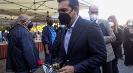 Μ' ένα τριαντάφυλλο στο χέρι έδωσε το παρών ο Αλέξης Τσίπρας στην κηδεία του Τάσου Κουράκη